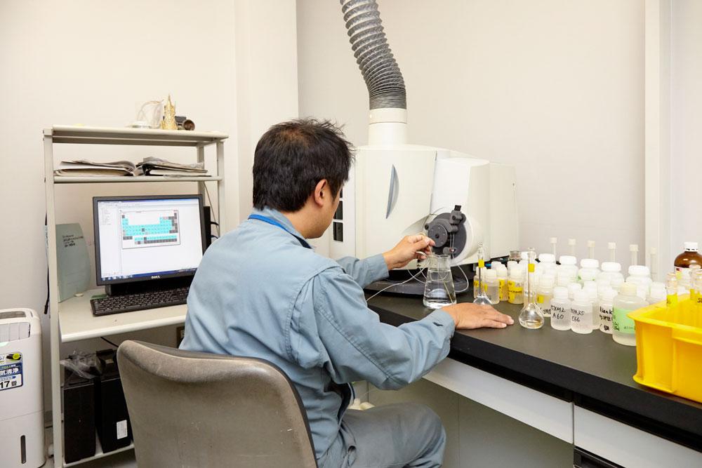 品質管理-プラズマ発光分光分析装置